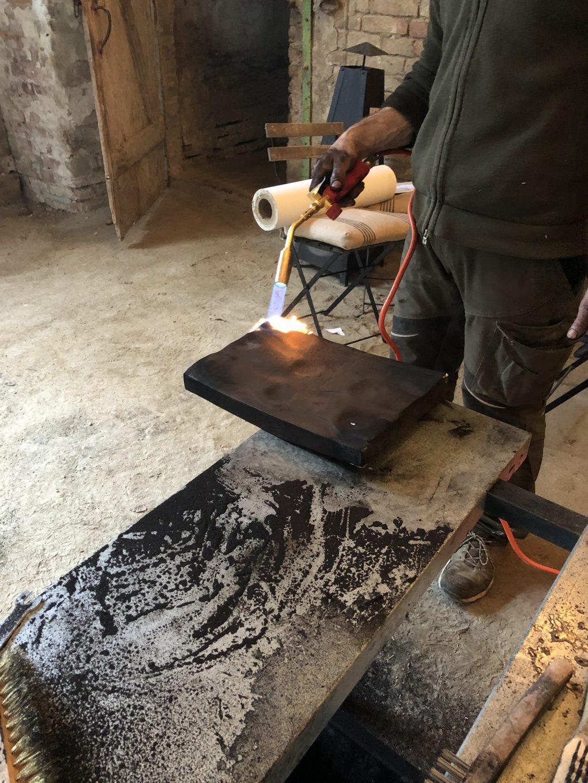 Ein Stück Holz wird in der Shou Sugi Ban-Technik kontrolliert verbrannt