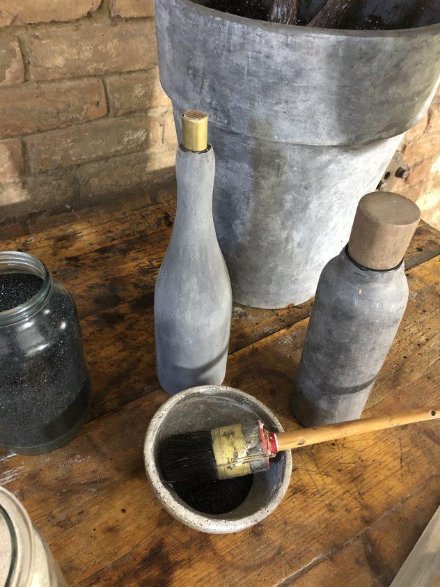 Betonbeschichtete Flaschen und Töpfe