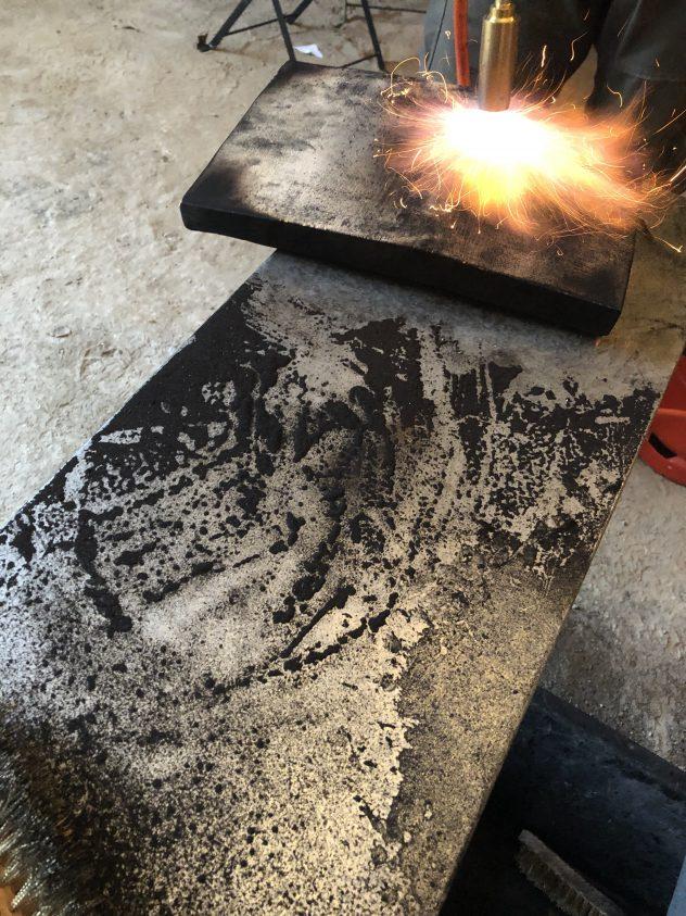 Flämmen eines Holzstückes beim Workshop Shou Sugi Ban