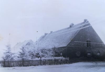 Der Hof von der Straße aus im Winter