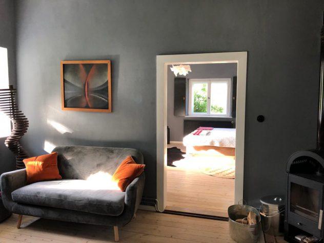 Wohnküche Ferienwohnung mit Sofa und Kamin