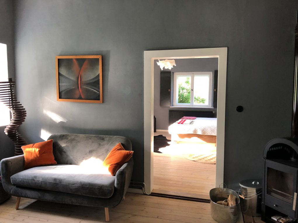 Wohnküche Gästewohnung mit Sofa und Kamin